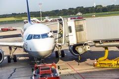 Flygplan på porten i den moderna terminalen 2 i Hamburg Arkivbild