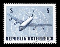 Flygplan på portostämpel royaltyfria bilder