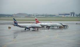 Flygplan på Sheremetyevo den internationella flygplatsen, Moskva Arkivbild