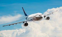 Flygplan på skyen arkivfoto