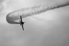 Flygplan på skyen Arkivfoton