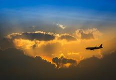Flygplan på skyen royaltyfri bild