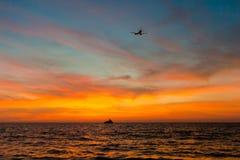Flygplan på solnedgång royaltyfri bild