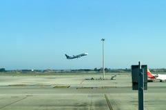 Flygplan på start Arkivbild