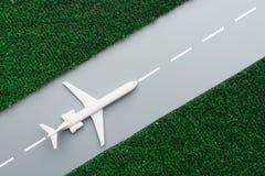 Flygplan på startlandningsbana royaltyfri foto