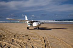 Flygplan på stranden Arkivbilder