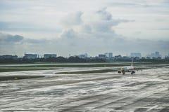 Flygplan på taxiväg Royaltyfri Bild