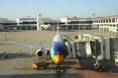 Flygplan på terminalen royaltyfri fotografi