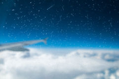 Flygplan påskyndar i skyen Royaltyfri Foto