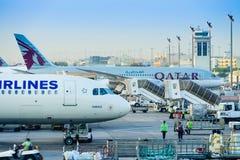 Flygplan på den Doha flygplatsen Arkivfoton