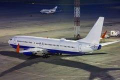 Flygplan på flygplatsförklädet Arkivbild
