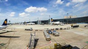 Flygplan parkerar på terminal 1 Arkivbilder