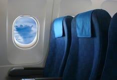 Flygplan placerar och fönstret royaltyfria foton