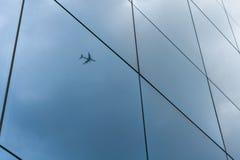 Flygplan reflekterat på glass fönster Royaltyfri Fotografi