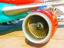 Flygplan som är förbereda sig som är klart för start i internationell flygplats Fotografering för Bildbyråer