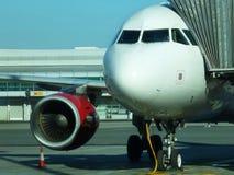 Flygplan som är klart att stiga ombord i flygplatsen av Prague, Tjeckien fotografering för bildbyråer