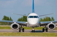 Flygplan som är klart att ta av från landningsbana Ett stort royaltyfri fotografi