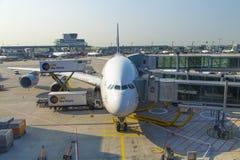 Flygplan som är klart för att stiga ombord Arkivfoton