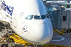 Flygplan som är klart för att stiga ombord Arkivbild