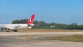Flygplan som åker taxi för avvikelse stock video