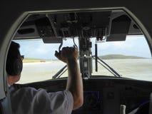 Flygplan som åker taxi från cockpitfönster Arkivfoto