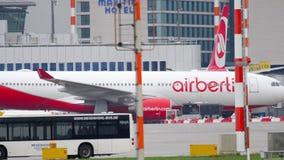 Flygplan som åker taxi, når att ha landat lager videofilmer