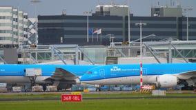 Flygplan som åker taxi, når att ha landat arkivfilmer