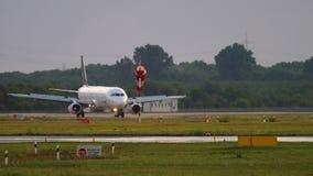 Flygplan som åker taxi, når att ha landat stock video