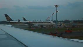 Flygplan som åker taxi på den Changi flygplatsen i Singapore lager videofilmer