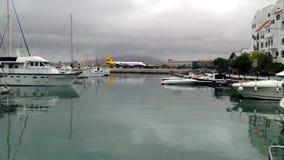 Flygplan som åker taxi på Gibraltar flygplatslandningsbana stock video