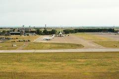 Flygplan som åker taxi på landningsbanan förbereda avvikelse - ta av a Royaltyfri Fotografi