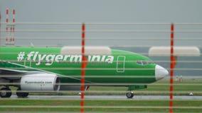 Flygplan som åker taxi på regnigt väder arkivfilmer
