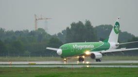 Flygplan som åker taxi på regnigt väder stock video