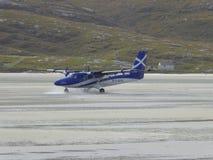 Flygplan som åker taxi på strandlandningsbana Arkivbilder