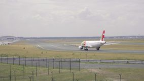 Flygplan som åker taxi till starten stock video