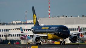 Flygplan som åker taxi till starten lager videofilmer