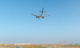 Flygplan som ankommer till den Tenerife flygplatsen Arkivbild