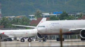 Flygplan som bogserar för avvikelse stock video