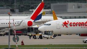 Flygplan som bogserar f?r avvikelse stock video