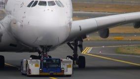 Flygplan som bogserar från service arkivfilmer