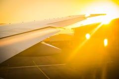 Flygplan som förbereder sig att ta av Arkivbild