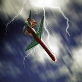 Flygplan som faller från himmel arkivbild