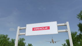Flygplan som flyger över advertizingaffischtavlan med den Oracle Corporation logoen Redaktörs- tolkning 3D Arkivfoton
