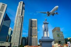 Flygplan som flyger över de moderna stadsbyggnaderna Royaltyfria Foton
