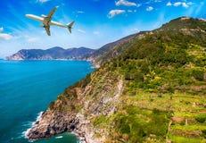 Flygplan som flyger över den härliga kustlinjen Royaltyfria Foton