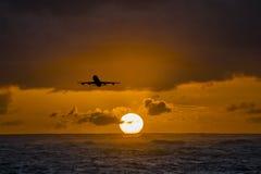 Flygplan som flyger över det fantastiska tropiska havet på soluppgång Dominikanska republikenloppdestinationer Royaltyfri Bild