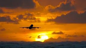 Flygplan som flyger över det fantastiska tropiska havet på soluppgång Dominikanska republikenloppdestinationer lager videofilmer