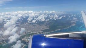 Flygplan som flyger över det härliga blåa havet Cancun Mexico lager videofilmer