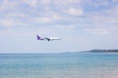 Flygplan som flyger över havet Arkivfoton