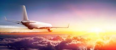 Flygplan som flyger ovannämnda moln royaltyfri foto